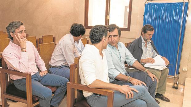 Los hermanos Ruiz-Mateos (de dcha. a izda., primera fila) Zoilo, José María y Álvaro; (de dcha. a izda. segunda fila) Javier, Pablo y Alfonso
