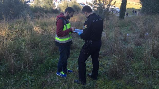 Imagen de los agentes en la zona en la que se han encontrado los restos humanos