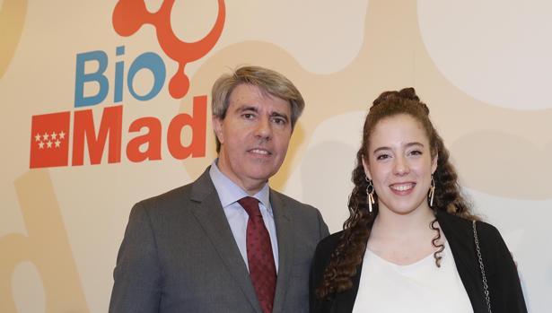 Ángel Garrido, con Isabel Pérez, estudiante de Medicina que recibió 5 años atrás un tratamiento de terapia celular