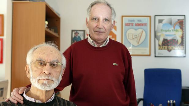 Chema Pindado (izquierda) junto a su amigo José Luis Alonso, posaban en la sede de la Asociación de Trasplantados de Valladolid en 2012