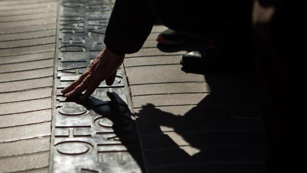 Detalle del memorial, incrustado en el pavimento de la Rambla