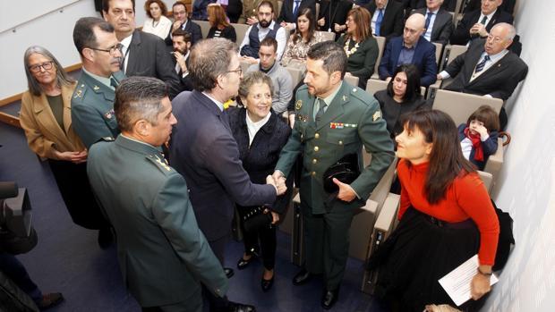 Núñez Feijóo saluda a los familiares de Constantino Limia y Pedro Cabezas