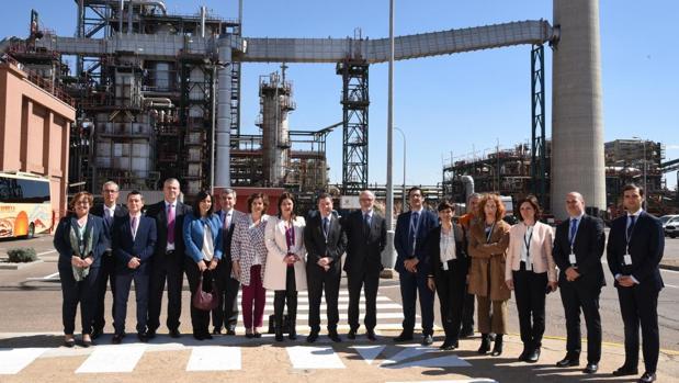 Page y Brufau, en el centro, ayer durante la visita realizada al complejo de Repsol en Puertollano