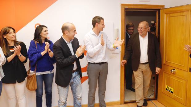 Francisco Igea, ganador de las elecciones primarias de Ciudadanos en Castilla y León , recibido entre aplauisos en la sede del partido