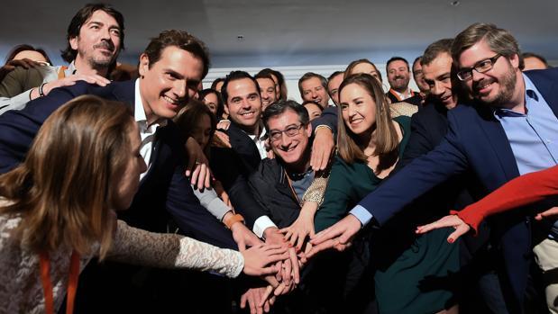 Albert Rivera posa junto a sus candidatos al 28-A y al 26-M