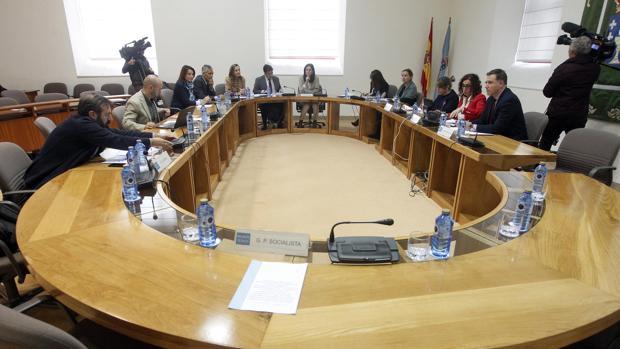 Reunión de los miembros de la comisión de investigación del Marisquiño con la ausencia de los miembros del PSdeG