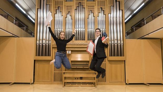 Ángel Martín, con la flautista Marta Torres, que obtuvo el segundo premio
