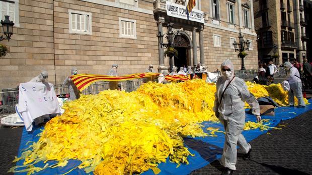 Críticos con el independentismo depositan miles de lazos frente al Palacio de la Generalitat