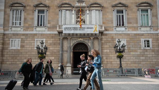 Fachada del Palacio de la Generalitat con el cartel que obligó a retirar la JEC