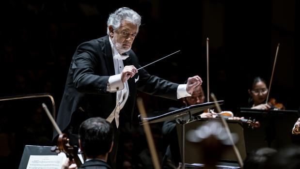 Plácido Domingo, dirigiendo a una orquesta