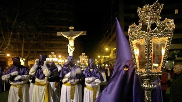 Cofrades durante una procesión en Valladolid
