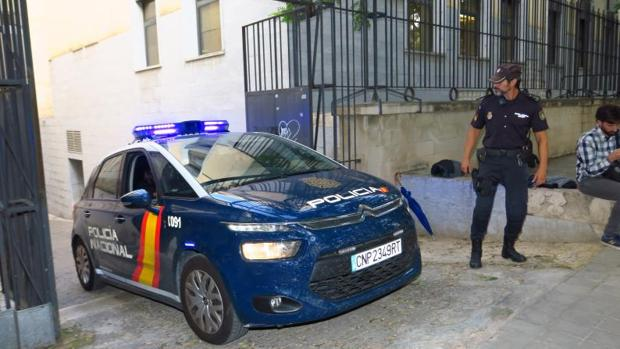 Un coche de la Policía Nacional saliendo a patrullar
