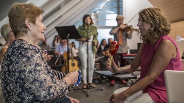 Alumnos de la Berklee Music School de Valencia, en una sesión de musicoterapia para enfermos de alzhéimer