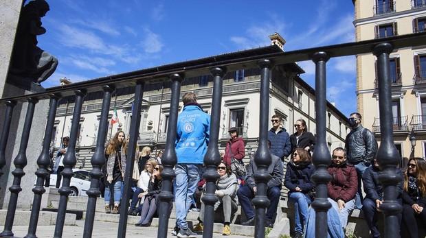 Un grupo oye a un guía junto la Palacio de los Duques de Uceda