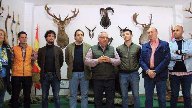 El presidente del PP de Castilla-La Mancha, Paco Núñez, junto a Miguel Abellá, en Illana (Guadalajara)