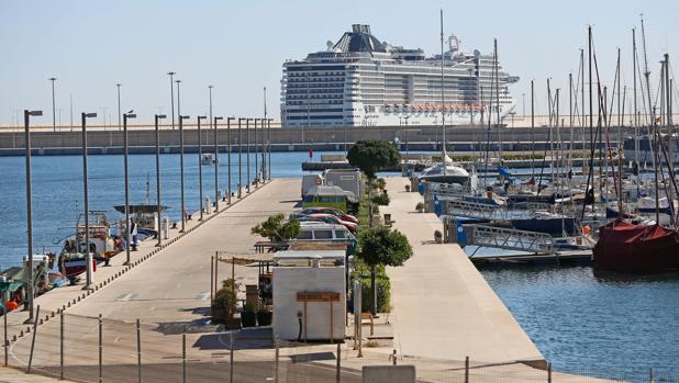 Imagen de arc hivo de un crucero atracado en el puerto de Valencia