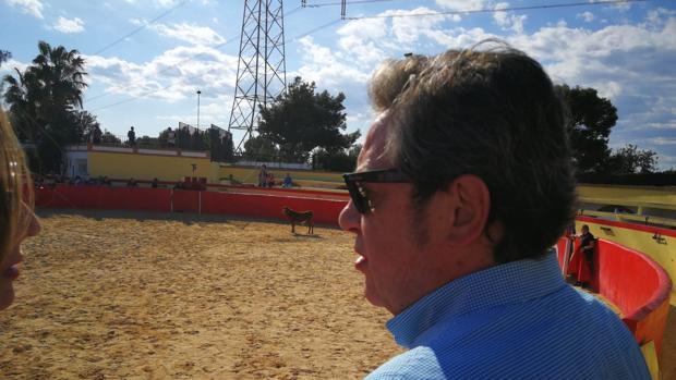 Imagen del candidato de Vox a la Presidencia de la Generalitat, José María Llanos, en una capea taurina