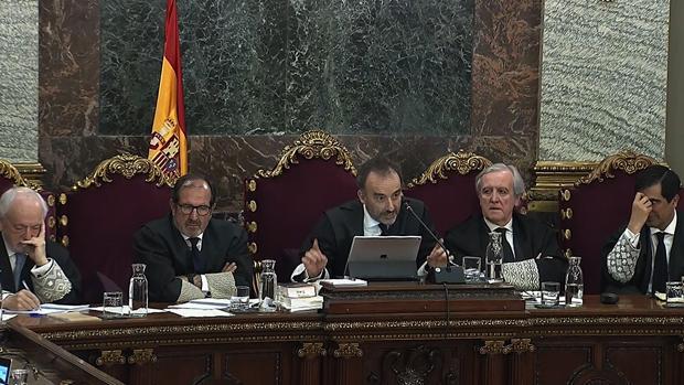 El presidente del tribunal que enjuicia la causa del «procés», Manuel Marchena (c), junto a los magistrados