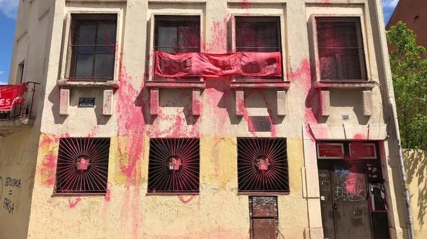 La fachada de la Casa del Pueblo, tras ser atacada con pintura roja