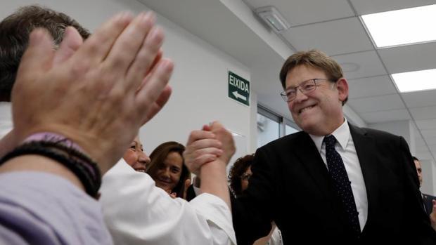 Ximo Puig saludando a compañeros suyos antes de la última reunión de la Ejecutiva del PSPV-PSOE