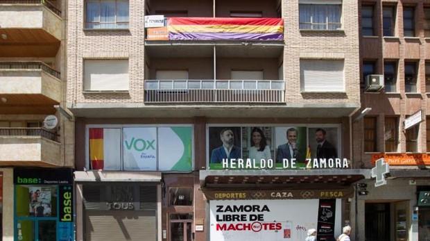 Edificio de Zamora en el que se pueden contemplar los tres mensajes