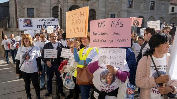 Concentración frente a las puertas de la Audiencia de Ávila para pedir justicia por la muerte de Mónica Berlanas