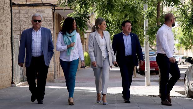 Milagros Tolón, con varios de sus concejales, paseando por la avenida de la Reconquista