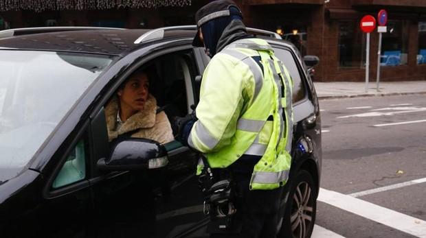 Un agente de la Policía Municipal controla el acceso en Conde Casal durante un episodio de alta contaminación