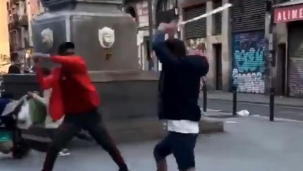 Dos hombres se pegan con unas muletas en el barrio del Raval de Barcelona