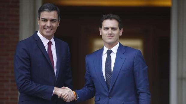Sánchez recibe a Rivera en el Palacio de la Moncloa