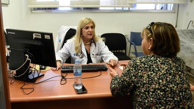 La doctora Sambola, con una paciente en el Vall d'Hebron
