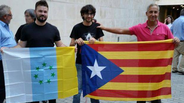 Rufián en 2017 con la bandera separatista de Canarias, la misma que empuñó Pablo Iglesias en abril en Las Palmas