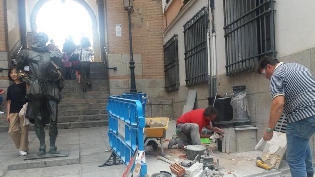 Operarios de Tagus este jueves instalando la fuente junto a la estatua de Cervantes