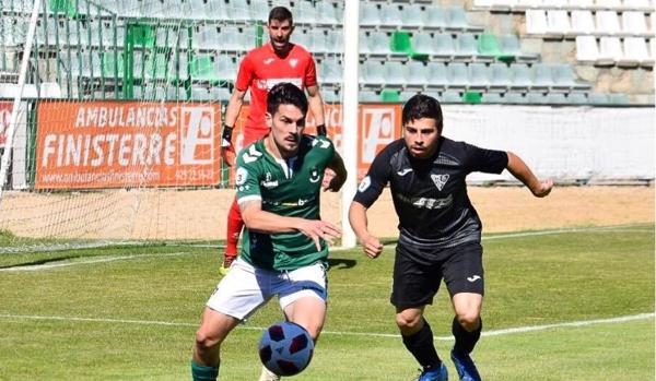 Iván Bueno y Serrano pelean un balón en el último partido de la Liga en Tercera División