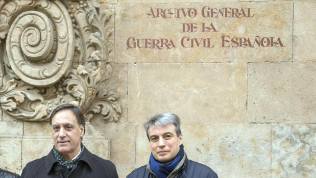 El presidente de la Asociación Salvar el Archivo, Policarpo Sánchez, junto al alcalde de Salamanca, en una imagen de archivo