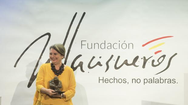 Elvira Roca, tras recoger el premio de la Fundación Villacisneros