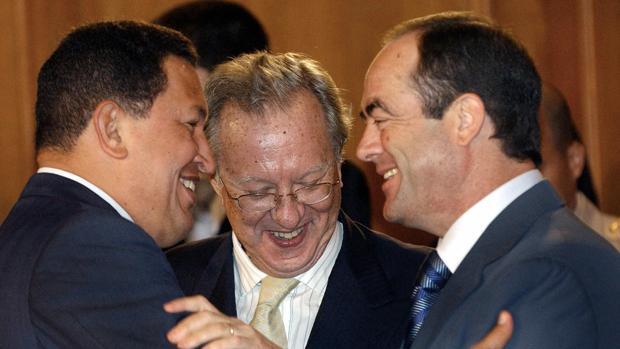 Raúl Morodo entre Hugo Chávez y José Bono, en 2005