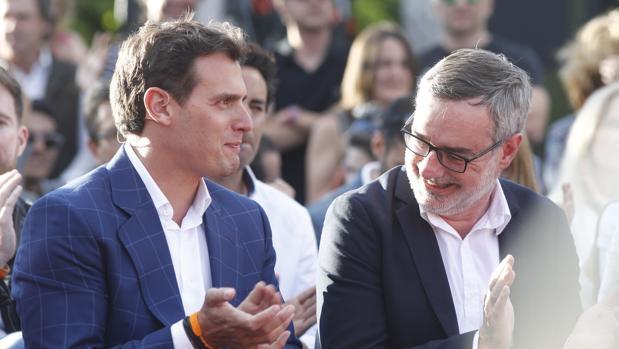 Albert Rivera y José Manuel Villegas sonríen en el cierre de campaña ayer en Madrid