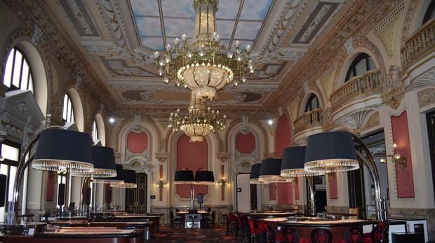 El salón real, antigua sala de baile, es la sala más emblemática del edificio