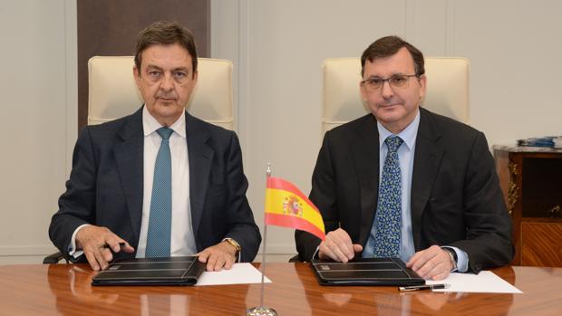 Enrique Fernández-Miranda y José Ángel Martínez Sanchiz, en la firma del convenio entre la Diputación de la Grandeza y el Consejo General del Notariado