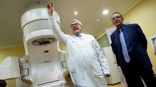 El director del Servicio de Oncologia Radioterápica del Hospital de Sant Pau, el Doctor Craven (i), junto al primer acelerador lineal de radioterapia de los tres ha donado la Fundación Amancio Ortega