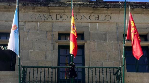 Banderas a media asta en el Ayuntamiento de Redondela , de donde eran los fallecidos