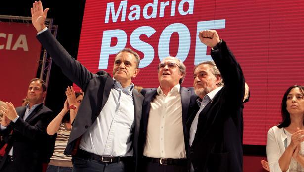 Ángel Gabilondo, entre José Manuel Franco (izq.), secretario general del PSOE-M, y Pepu Hernández, candidato municipal