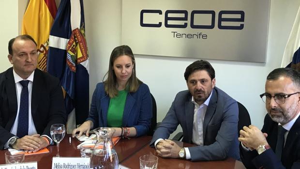 El diputado de Ciudadanos, Ricardo Fernández, Melisa Rodríguez, Marichal (Ashotel) y Cejas, coordinador de Cs Canarias