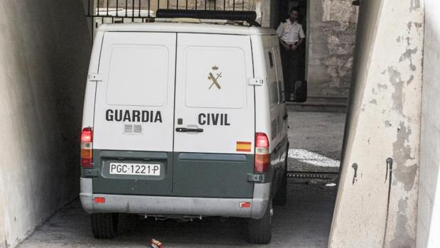 Un furgón de la Guardia Civil en dependencias judiciales