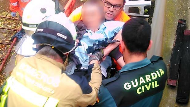 Momento en que el hombre fue rescatado, con el trozo de valla aún clavado en su brazo
