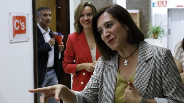 La líder municipal de Cs, Sara Fernández (en primer plano), junto a Pilar Alegría (PSOE)