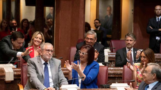 Castillo, elegido presidente de la Asamblea murciana, es aplaudido por sus compañeros