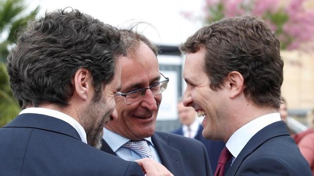 Pablo Casado charla con Alfonso Alonso y Borja Sémper, ayer en San Sebastián