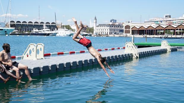 Valencia inaugura una piscina urbana de aguas saladas en el puerto de la Marina